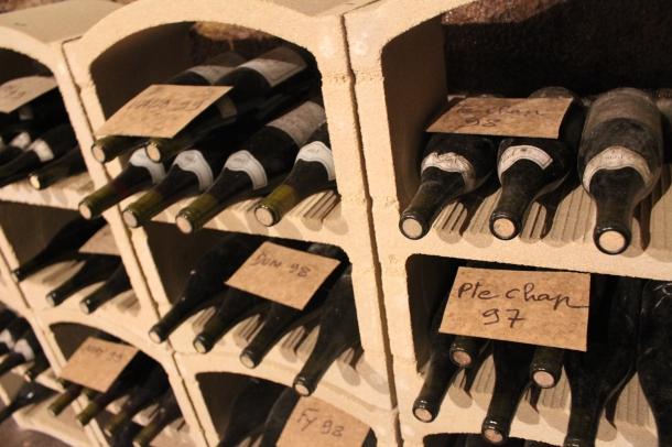 Quelques vieux millésimes entreposés dans la cave de Bruno Clair, à Marsannay.