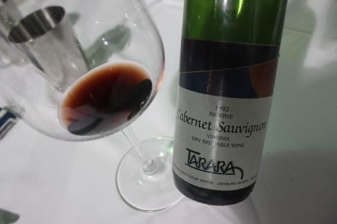 Un cabernet 1992 chez Tarara. Il a de l'âge, ça paraît, mais il demeure en très bonne forme malgré ses 20 ans. Intéressant de voir comment des vins d'une si jeune région peuvent traverser le temps.